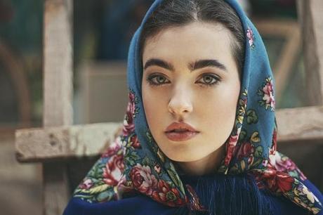 porter-foulard-facon-audrey-hepburn-l-v9bukg